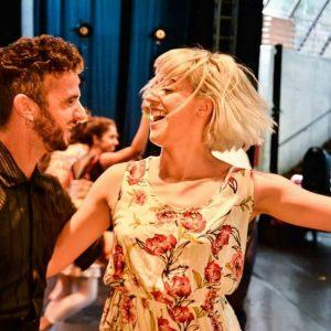 Mais que parceiros de dança: casal sobe aos palcos na vida real